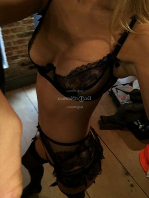 Moumina cheap live escorts in Maplewood
